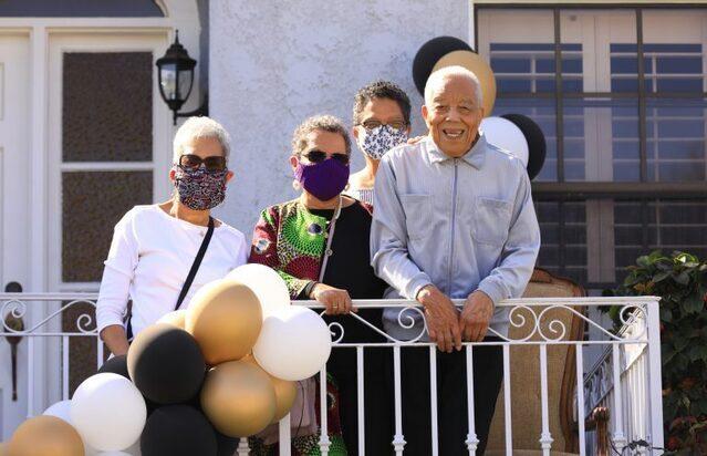 Diácono de 99 años de LA está todavía encontrando maneras de servir