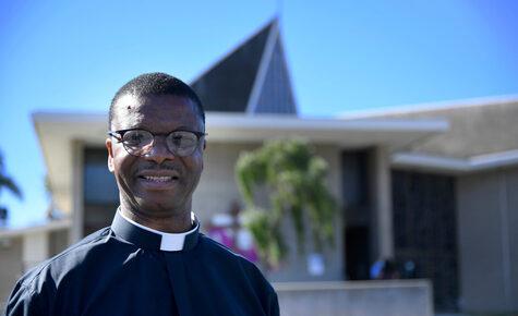La historia del roce con la muerte que un sacerdote de LA tuvo en África